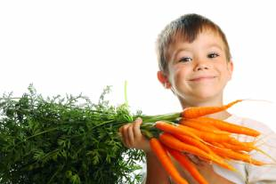 ребенок с морковью